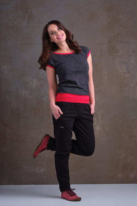 T-shirt Carri Black Jeans and Red